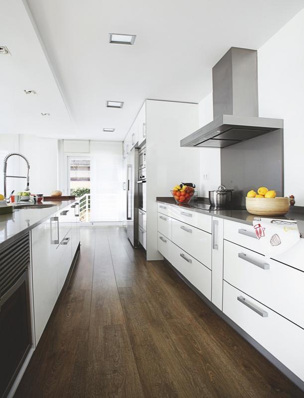 una casa amplia y luminosa encimeras grises cocina