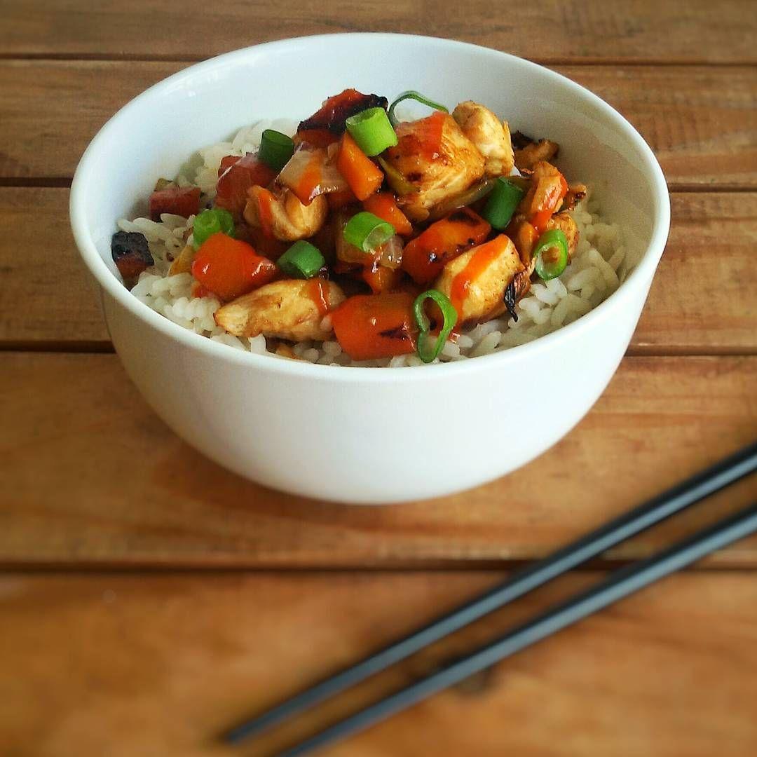 """""""¡Como hoy es el Año Nuevo Chino, para el almuerzo salió un wok de pollo tipo asiatico, con vegetales y arroz! Riquísimo y MUY fácil! ¡Este tipo de recetas…"""""""