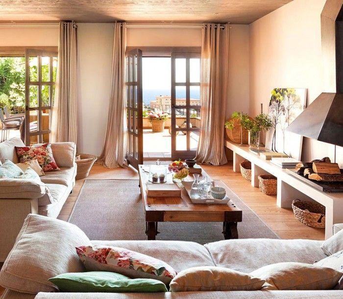 Ein wunderschönes sonnendurchflutetes Wohnzimmer mit mediterraner ...