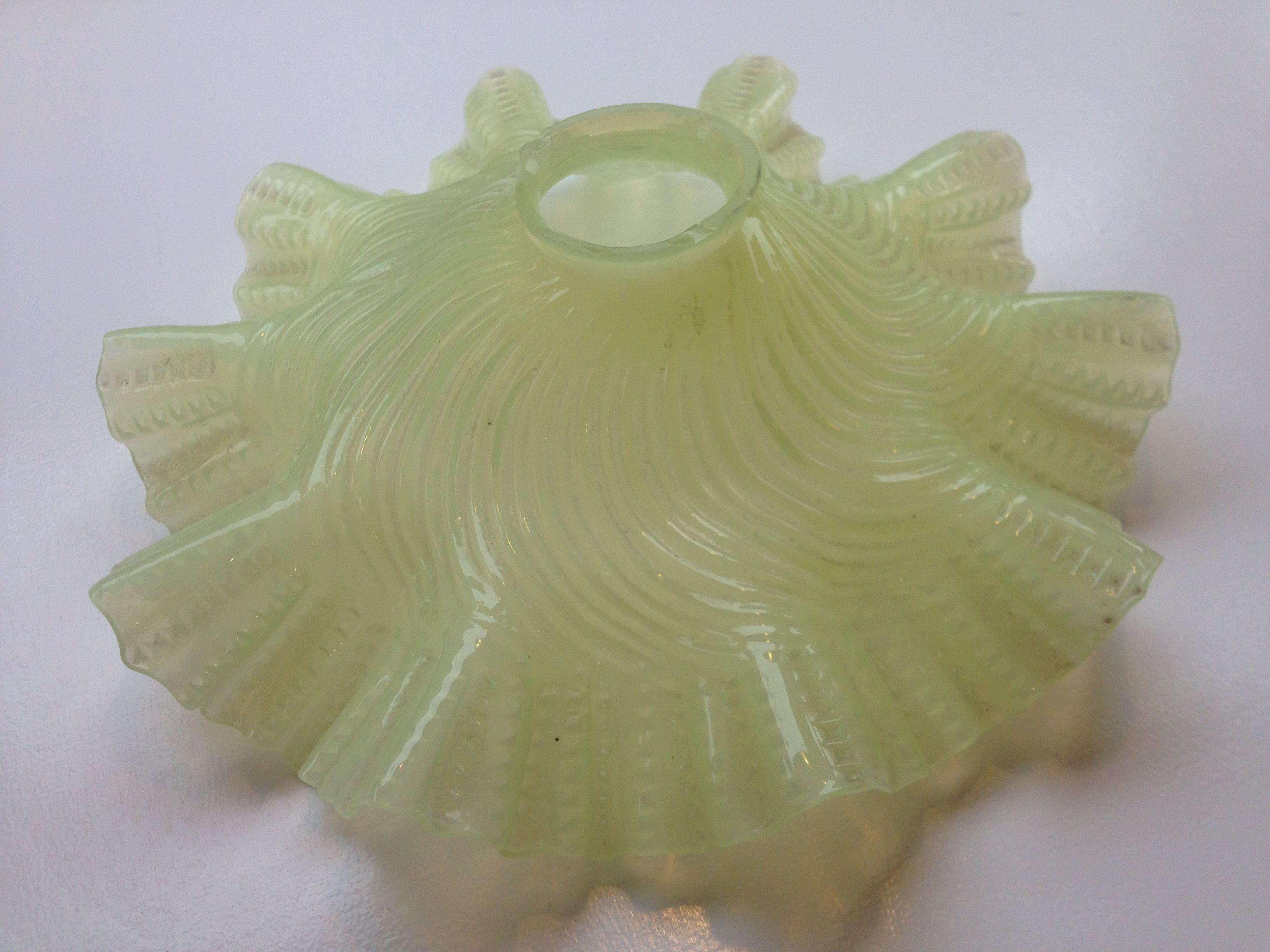 opaalilasinen vihreä varjostin, halkaisija 26cm, korkeus 9cm