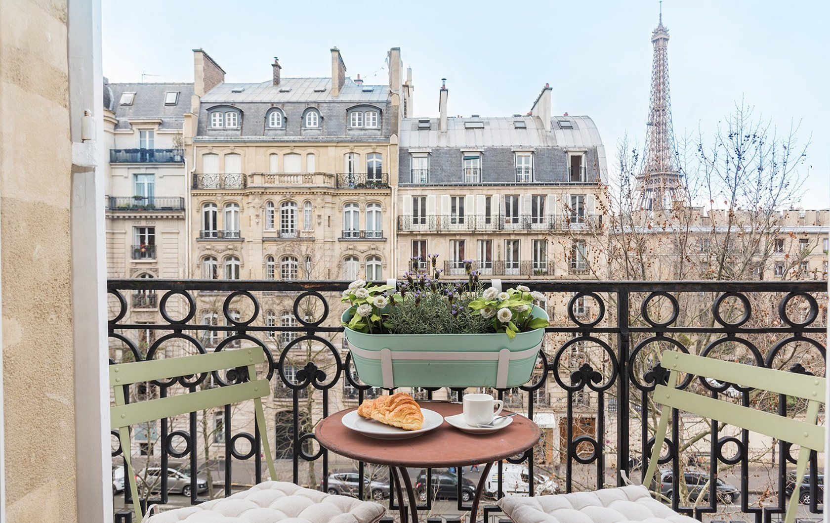 6 Paris Perfect Stays With Seductive Eiffel Tower Views Gemütliche Wohnung Balkon Gemütlich