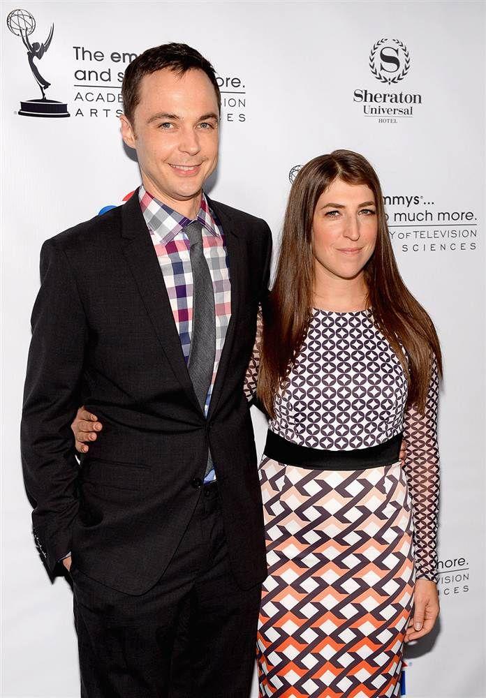 Jim Parsons & Mayim Bialik (The Big Bang Theory). I love matin outfit! Must have!