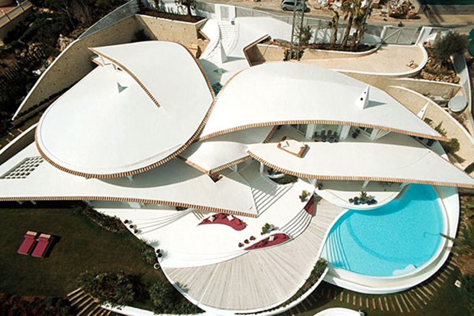 This luxury resort style residence designed by Spanish architect Alberto Rubio is for the birds! Dubbed the Bird House, this ultra modern home on the island of Mallorca is a...