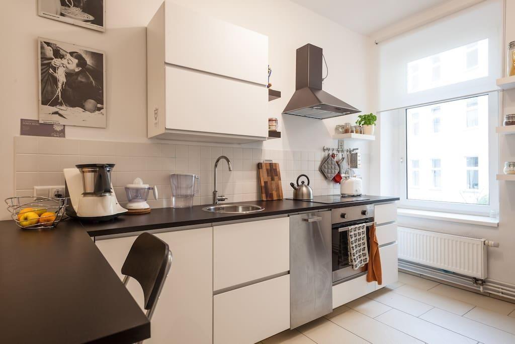 Moderne Küche in Berliner Altbau mit beigen Fliesen, Kunstdrucken - gebrauchte küchen bochum