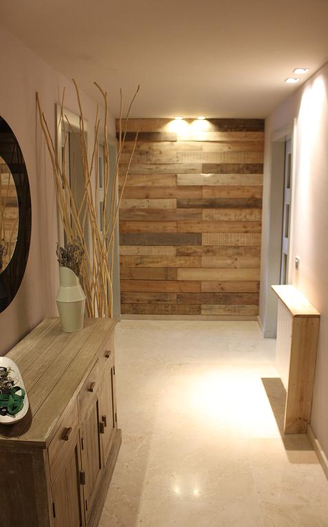 Peque a reformar en recibidor forrar pared frontal en - Forrar pared con palets ...