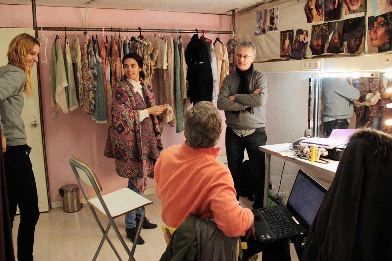 Escena familiar, íntima, muy nuestra , haciendo fotos del producto en un estudio de grabación en Madrid. Con Matías, Ana, Javi...