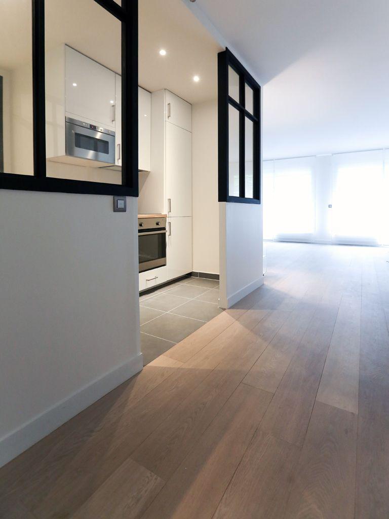 Cette cuisine blanche laquée est ouverte sur le salon. La lumière ...