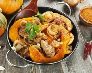 Poêlée dorée de potimarron au poulet, oignons et curry