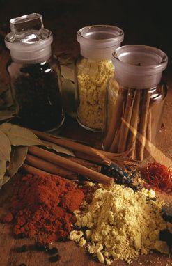 Die Ayurveda-Küche im Sommer     Auch in der heißen/warmen Jahreszeit sollte besonders auf die Ernährung geachtet werden. Besonders den Gewürzen kommt in diesem Zusammenhang wiederum eine gravierende Bedeutung zu.  Alle Gewürze mit einem süßen und bitteren Geschmack (Rasa) und kühlender Wirkung (Virya) sind im Sommer besonders empfehlenswert. Hierzu werden in den klassischen Schriften vor allem der grüne Kardamon, Fenchel sowie Koriandersamen und -kraut erwähnt.