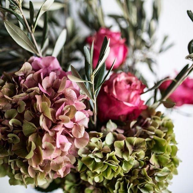 Perfekte Blumen für ein perfektes Herbstwetter! Ihr braucht noch ein Geschenk, wollt von Herzen Danke sagen oder euch entschuldigen? Wir empfehlen, schnell zuzuschlagen bevor die wunderschönen Hortensien keine Saison mehr haben  #blumenversand #blumenonline #blumenonlineshop #blumenausberlin #flowers #blumen #hortensien #olive #rosen #lillyandroses_ #herbstblumen #herbst #weekend #sunday #happysunday #blumenliebe