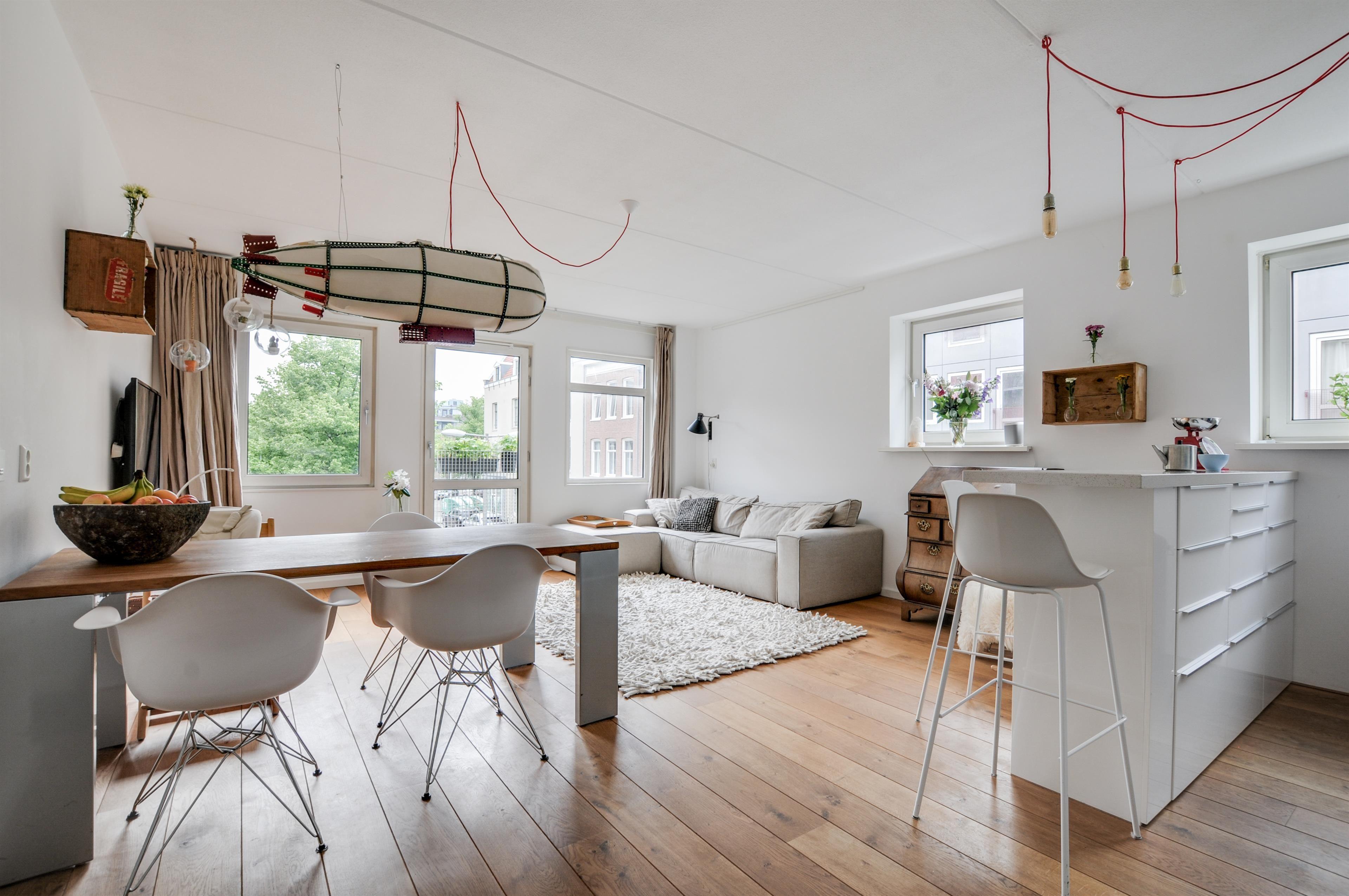 Prachtige woonkamer, leuk detail is hier de hanglamp boven de ...