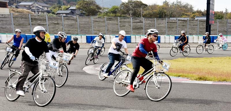 前かごが付いた自転車 ママチャリ の4時間耐久レース 第19回ママチャリグランプリ4hours が11月3日 福井県福井市のタカスサーキットで開かれた 県内外から集まった36チーム272人が 1周1 5キロのコースを疾走し時間内での周回数を競った 同