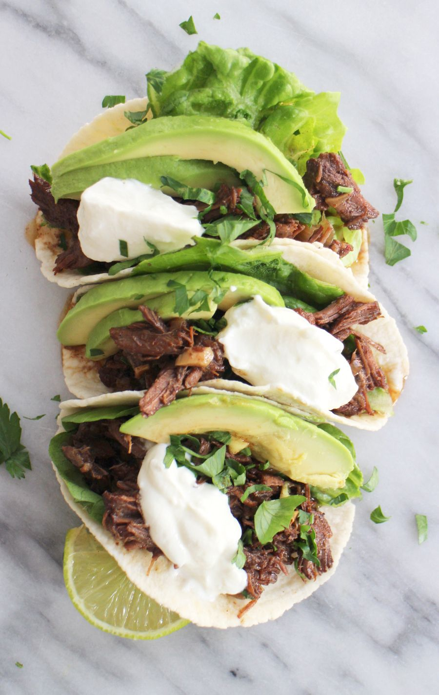 Dit recept voor pulled beef taco's uit de slowcooker is zo makkelijk, dat we je bijna voor gek verklaren als je het niet maakt. Jekunt het vlees ook bereiden in de oven en jetovert gegarandeerd een glimlach op de gezichten van je tafelgenoten. Ideaal voor een feestje óf een gewone doordeweekse dag. Het fijne aan …