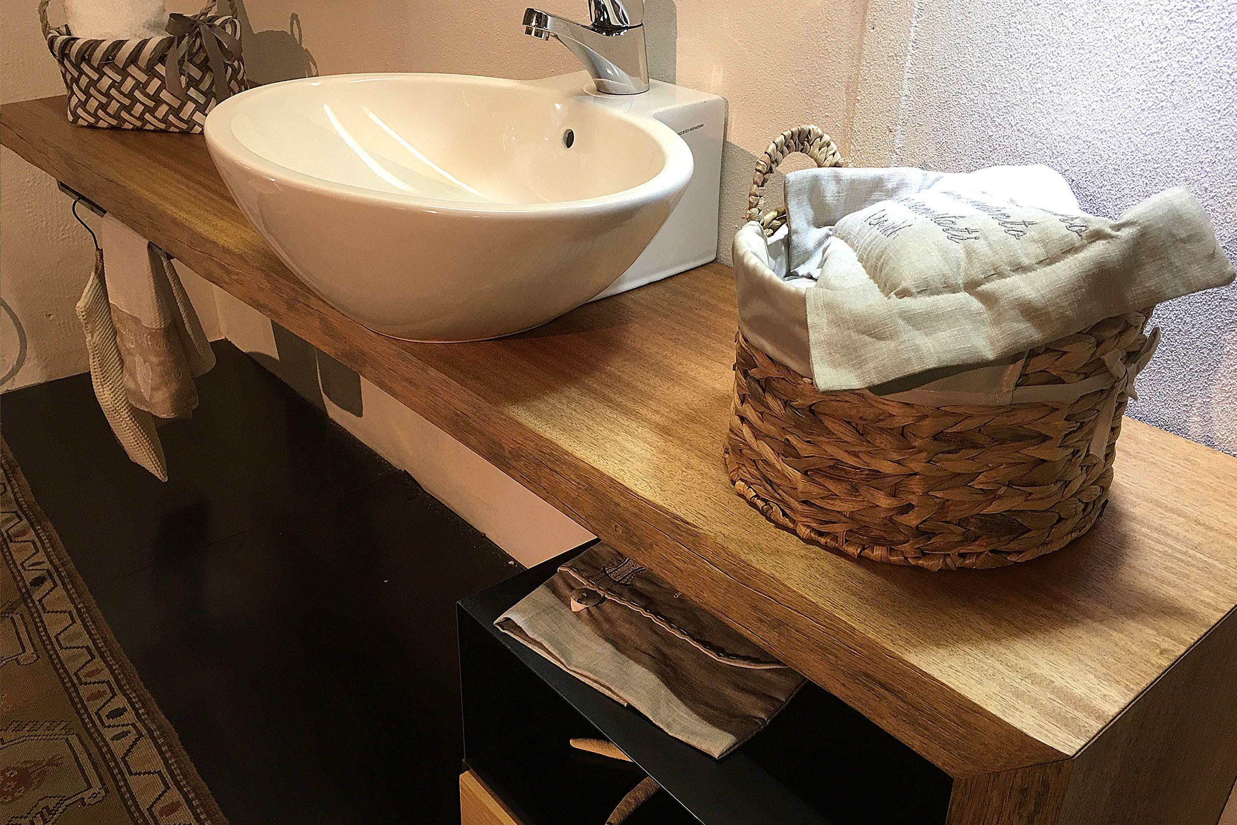 Piana bagno realizzata in legno di Mogano con particolare gamba a 45 gradi.  Specchio sospeso con schienale in ferro e mensole.