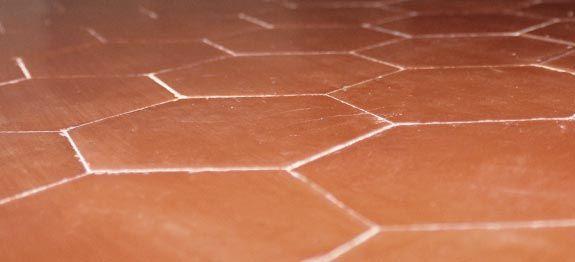 Nettoyer les tomettes : Astuces pour nettoyer et entretenir les tomettes en terre cuite anciennes. Des remèdes de grand-mère astucieux.