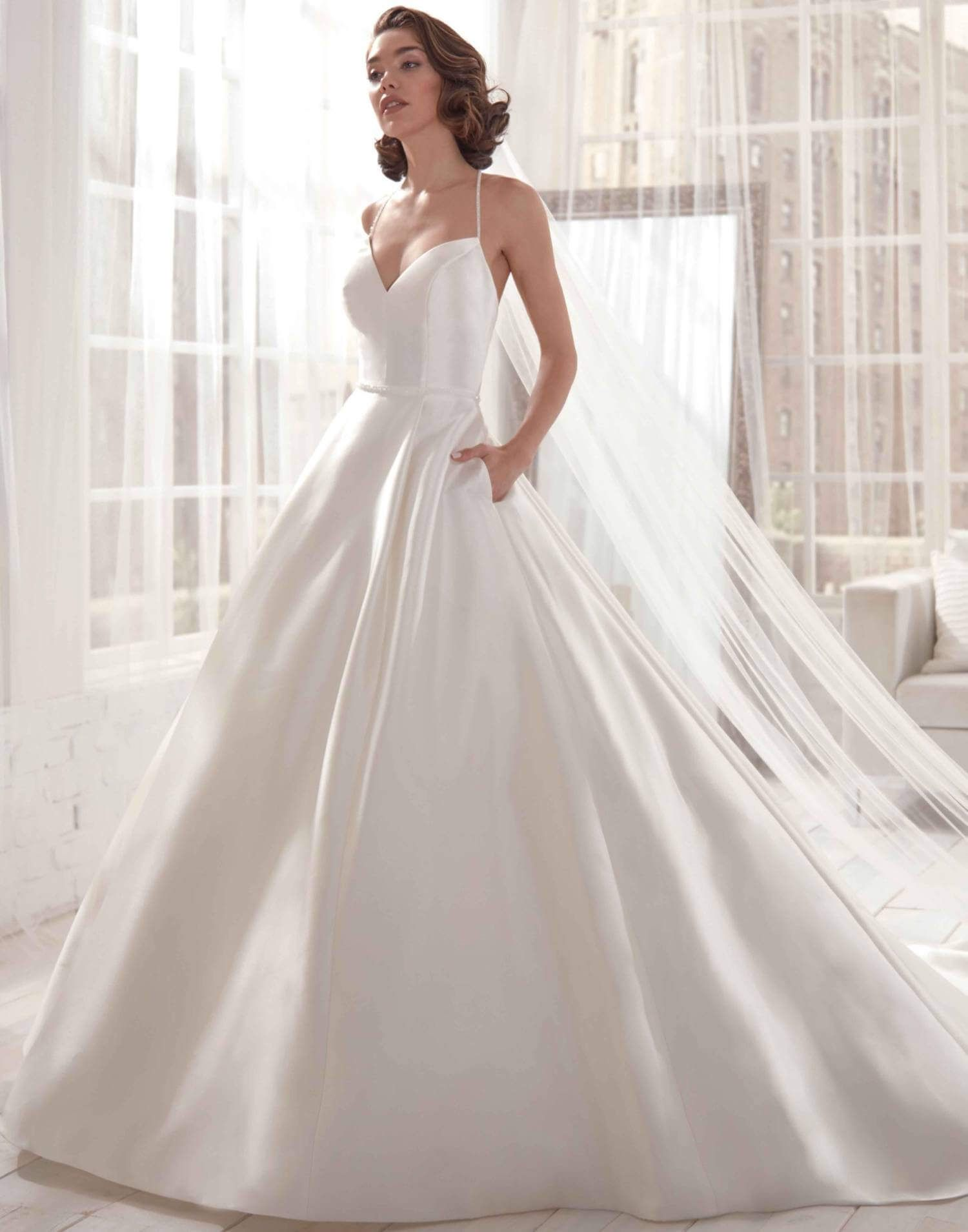 A Classic Wedding Dress Is Always In Style The Classic Wedding Dress Style Is The Embodiment Of T In 2020 Wedding Dresses Classic Wedding Dress Wedding Dress With Veil