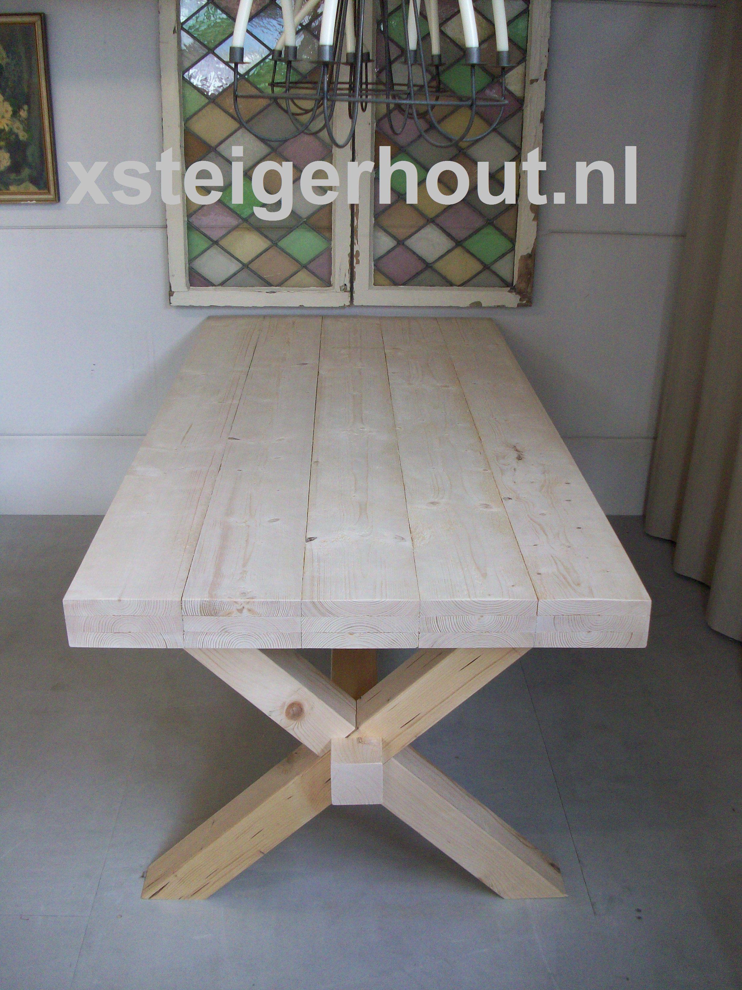 Prachtige tafel met een blad van oud eiken planken afkomstig uit ...