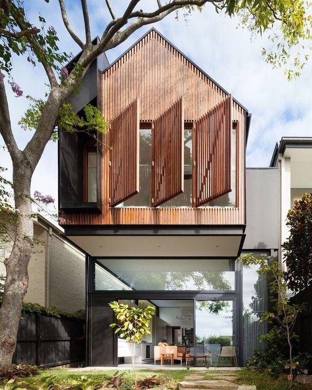Une maison design et contemporaine avec des volets bois ajourés