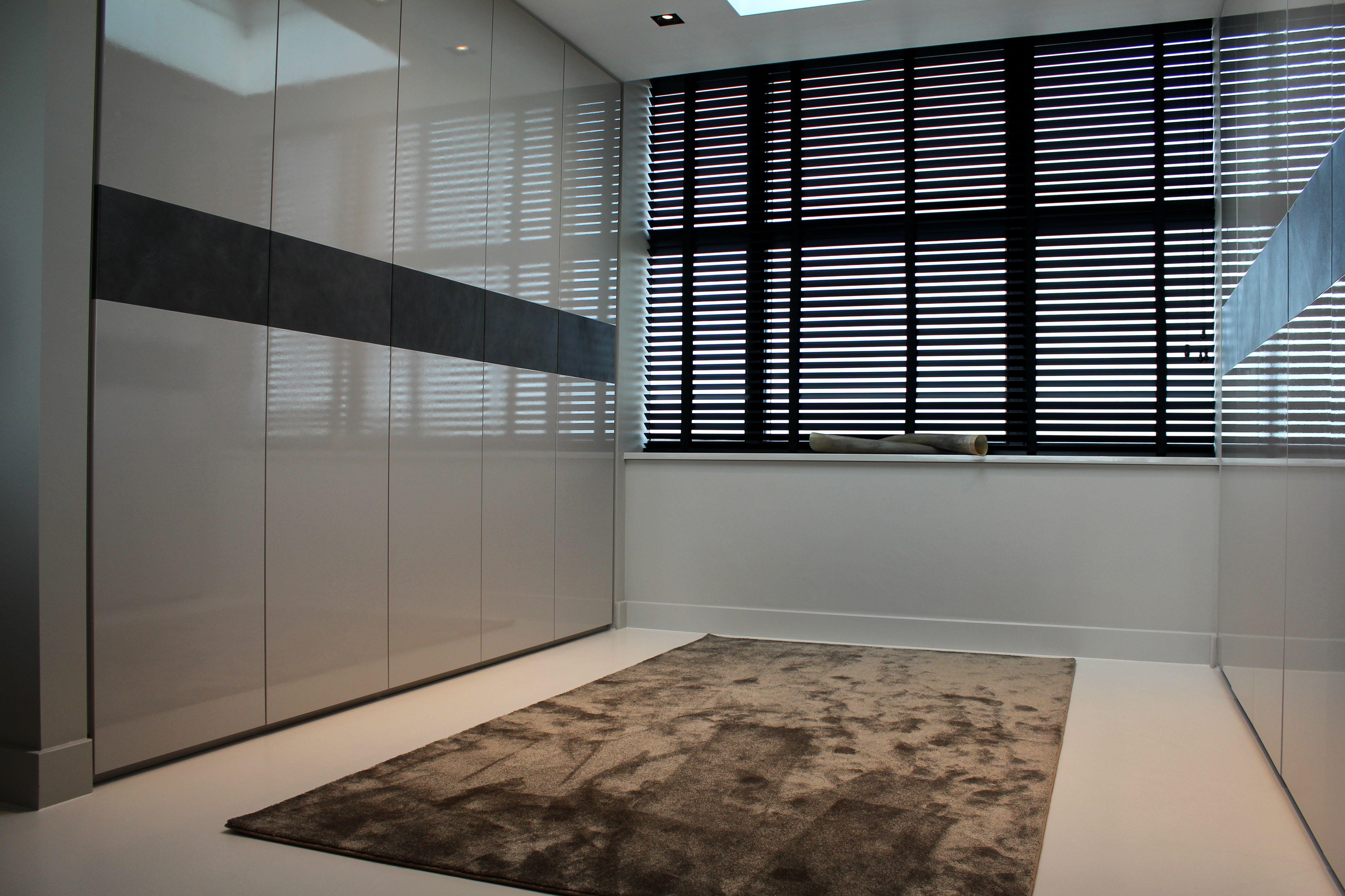 Naadloze gietvloer in moderne kleedkamer motion gietvloeren