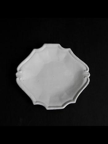 レジェンス「デザートプレート」 エレガントで上品なデザートプレート。 食後や午後のティータイムにケーキやフルーツを盛り付けるのにおすすめです。 また朝食用に、パンやサラダを盛り付ける際や、日常的に使用頻度の高い取り分け皿としても重宝するサイズです。
