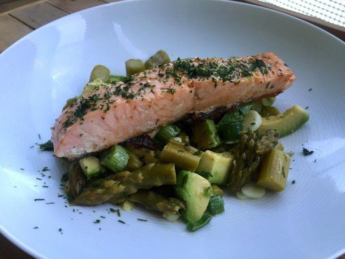 Teplý špargľovo-avokádový šalát s grilovaným lososom (pre 2 osoby)