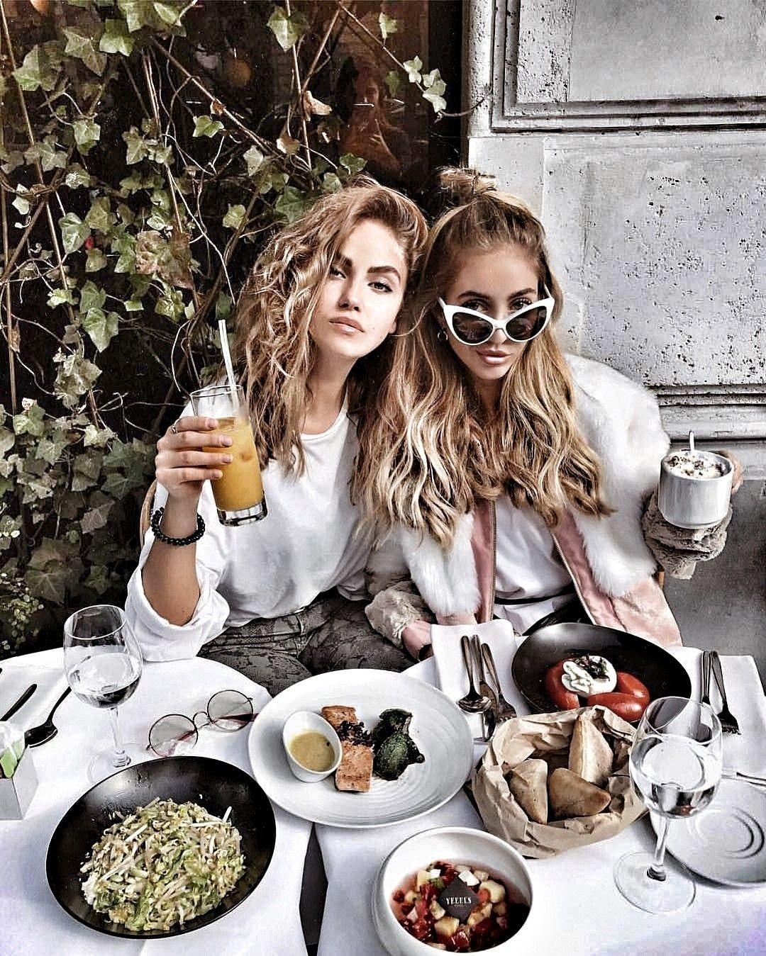 фотосессия с подругой в кафе досок