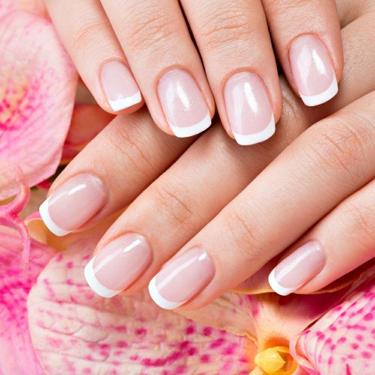 unghie rosa gel, una french manicure realizzata su unghie corte e  arrotondate con base rosa