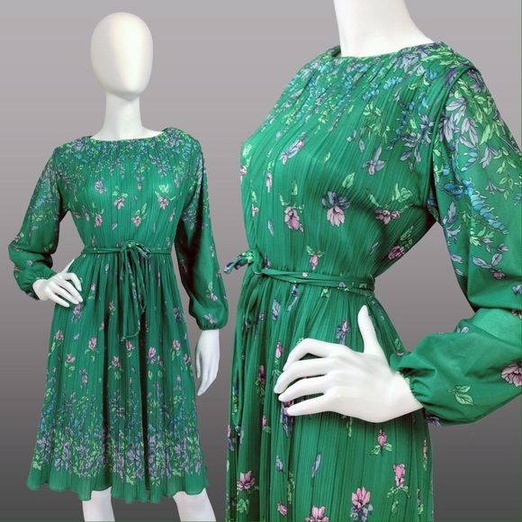 "VINTAGE 70s MICRO PLEAT FLORAL SECRETARY DRESS FEATURES: •Super soft & stretchy lightweight mini-pleated poly •Emerald green w/ gorgeous delicate floral pattern •Semi-sheer long sleeves w/ ruched elastic cuff •Elastic waist w/ doubled self tie belt •Lightly fluted hem •Pull-on style - no closure •Union label  CONDITION: Excellent vintage condition  SIZE: Best estimated fit:M-L  MEASUREMENTS: Shoulders:15.5"" Bust:36-40"" (very stretchy) Waist:26-34"" (stretchy elastic) Hips:free Sleeve:21.5""…"