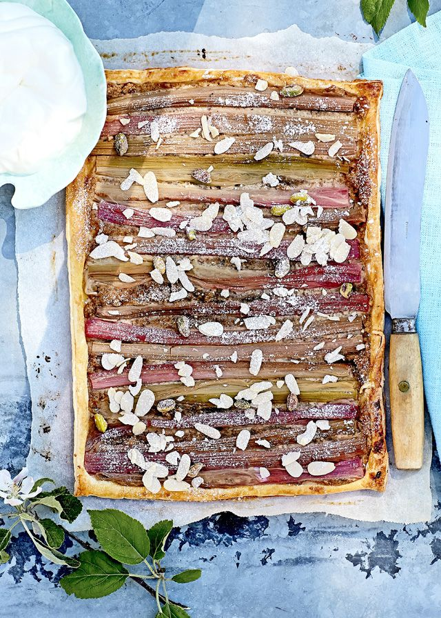 Pellillinen raparperipiirakkaa. Kun perinteinen raparperipiirakka on tehty, kokeile tätä herkullista pähkinäistä piirasta.