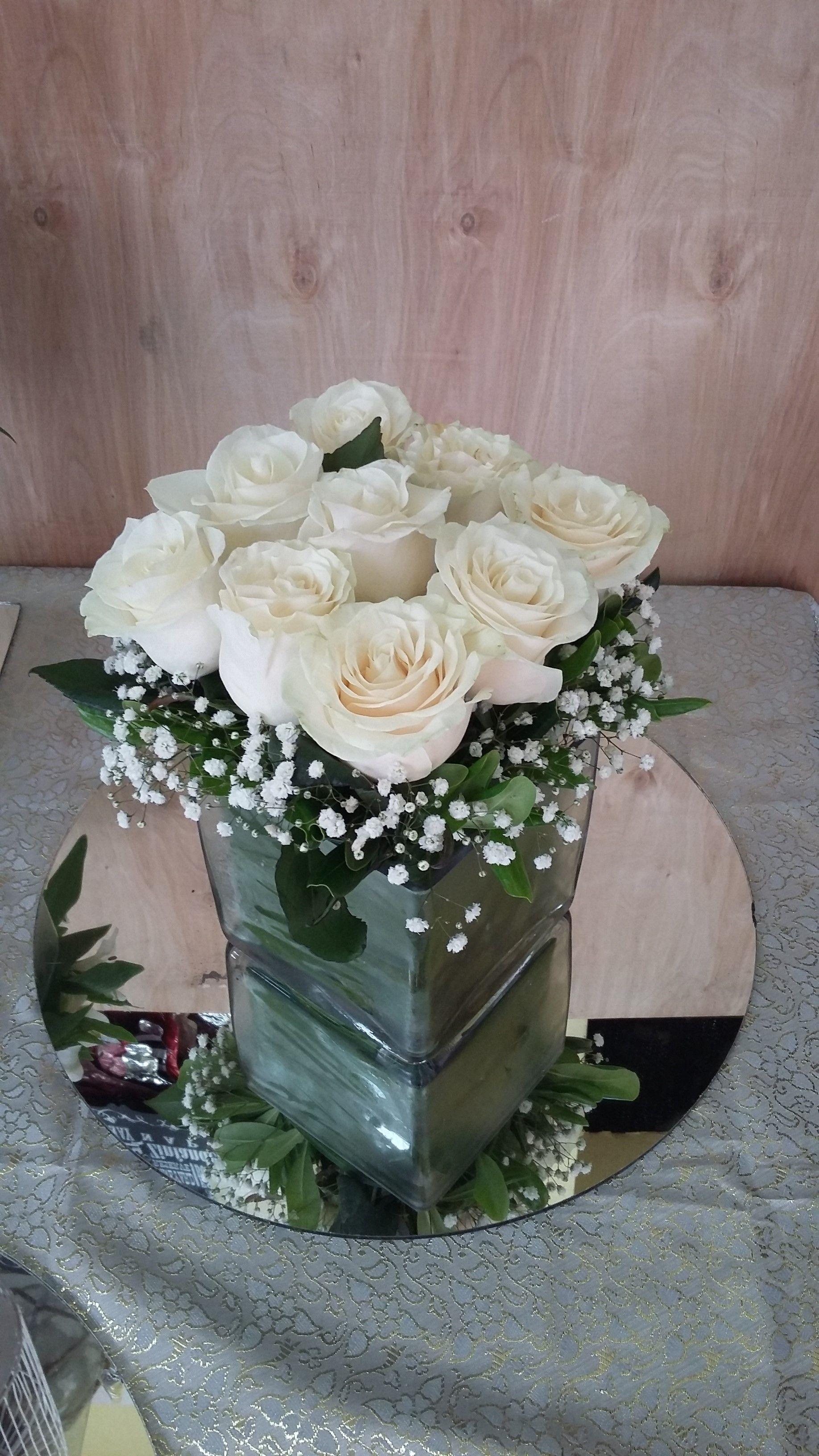 centro de mesa flores rosas blancas  Centros de mesa