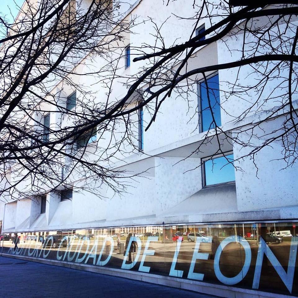El Auditorio Ciudad de León, diseñado por Mansilla y Tuñón, es uno de los edificios más singulares de León #PremioArquitecturaEspañola2003 #AuditorioCiudadDeLeón #León #Leonesp #España #sensituris #turexperiencias #arquitectura #auditorio #UnDescansoEnElCamino #peregrino