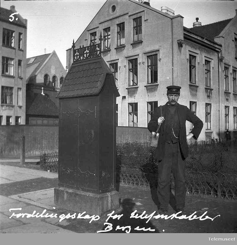 Fordelerskap i Nygaten / Allehelgensgate. Mannen var en ansatt ved Bergens Telefonkompagni.  Photo and year uknown Telemuseet.