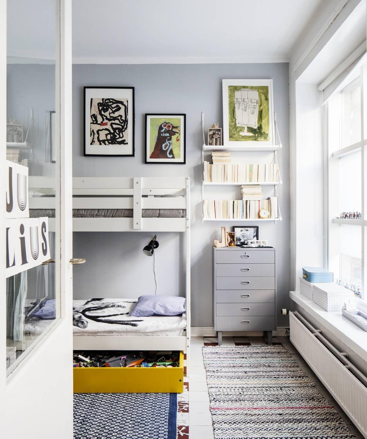 10-vuotiaan Juliuksen huoneessa on Ikeasta ostettu mäntyinen kerros-sänky, joka maalattiin valkoiseksi. Keltainen laatikko on kirpputorilta. Kuvataidekerhoa käynyt Julius on tehnyt huoneessa olevat teokset. Seinähylly on Ikeasta. Kierrätyskeskuksesta hankittu lipasto on maalattu harmaaksi.