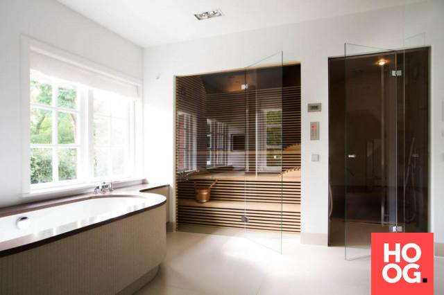 Badkamer design met luxe ligbad en prive sauna | wellness design ...