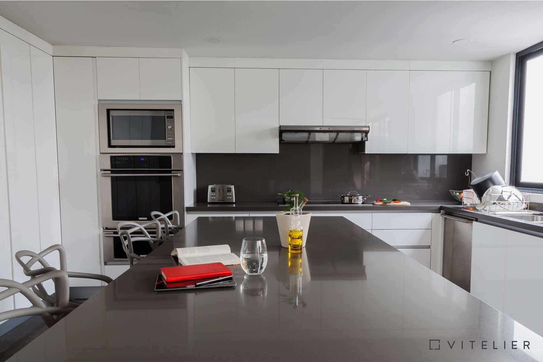 Cocina Blanca Con Cubierta De Cuarzo Gris Para Lograr Un Ambiente  ~ Cocinas Modernas Blancas Y Grises