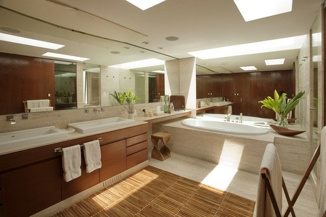 holzmöbel-bambus-teppich-badezimmer-freistehende-badewanne-stein, Hause ideen