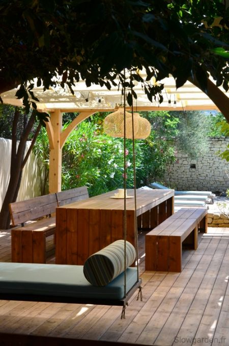 pergola piscine lit balinais et table g ante. Black Bedroom Furniture Sets. Home Design Ideas