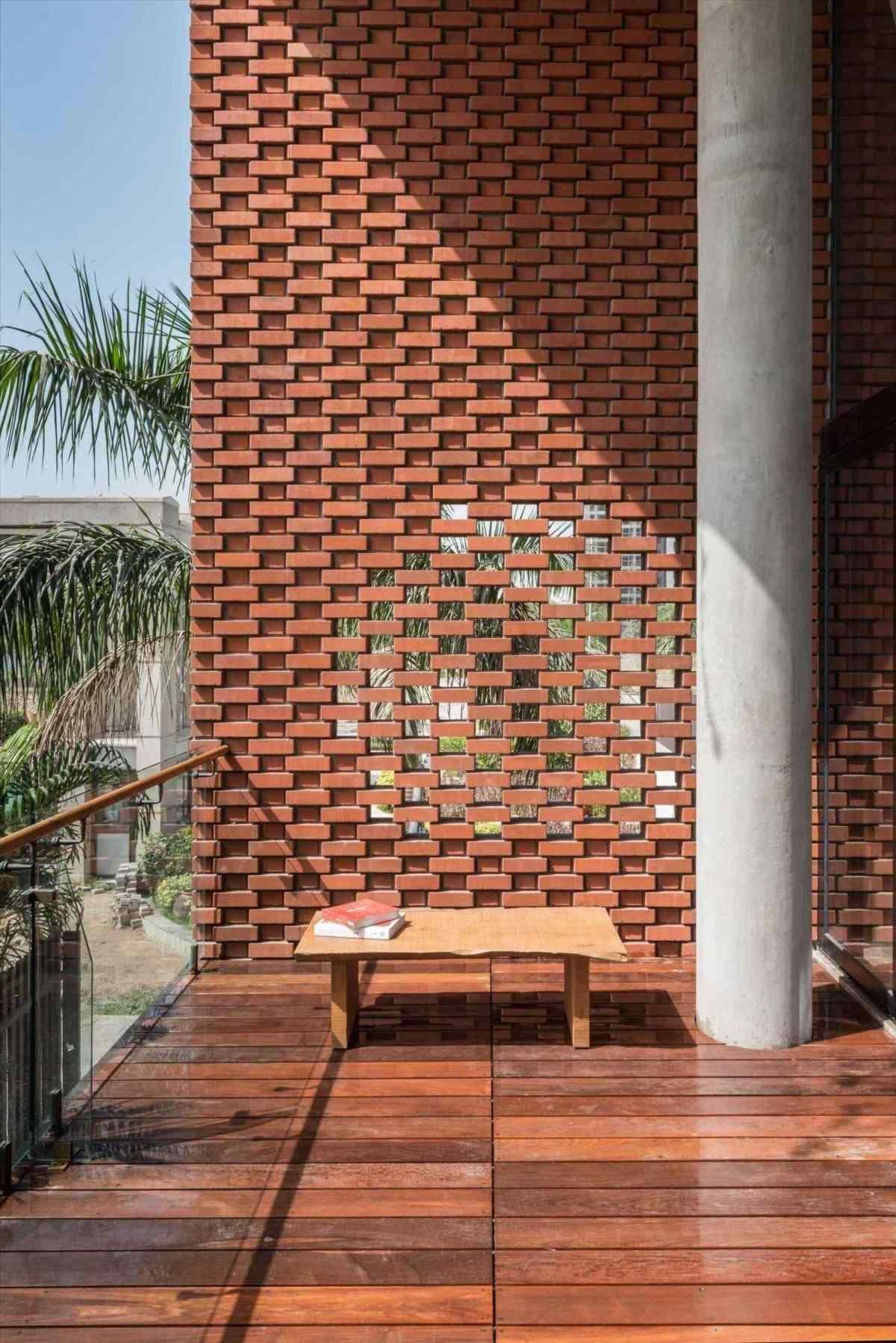A Exterior Screen Wall Clever Take On Privacy Screens As Robert Frost Wrote Good Rhpinterestcom Close Up Of The Western Exterior Breakpr Facade House Brick Facade Facade Architecture