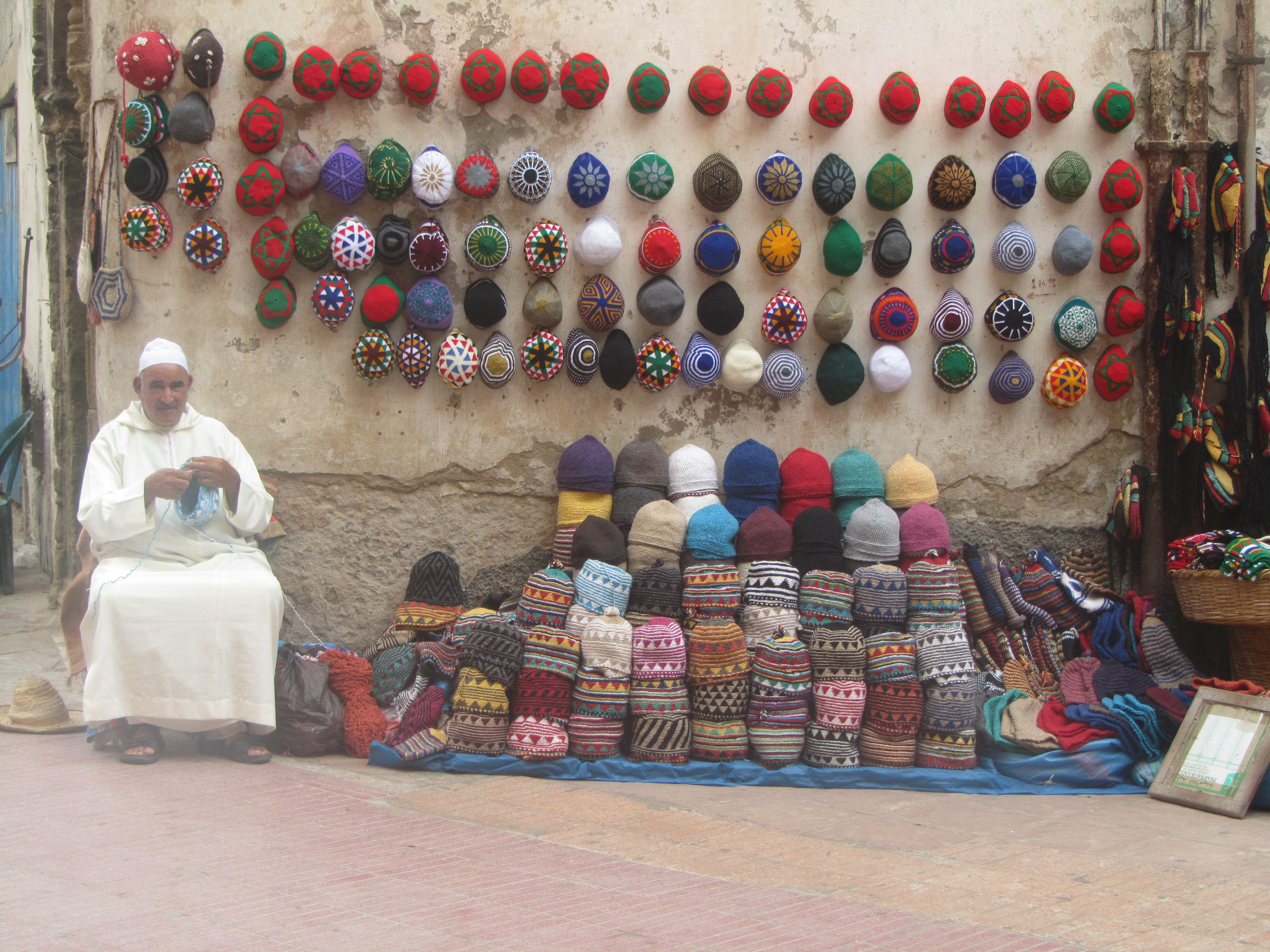 Marocain tricotant le couvre-chef traditionnel