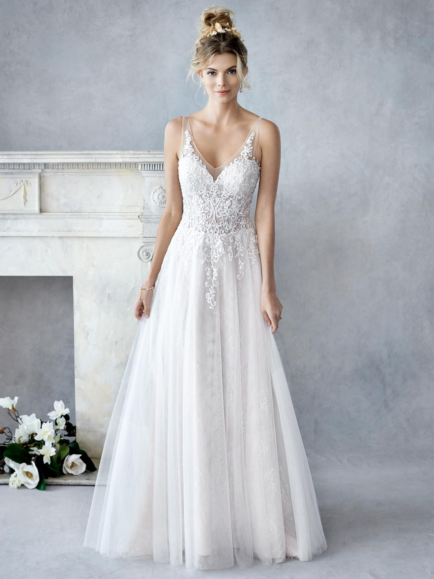 SALE! Short wedding dress decorated with Chantilly lace and hand-embroidered.