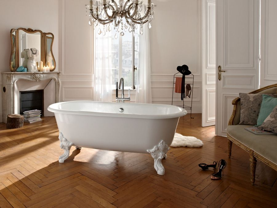 Une baignoire en fonte dans une salle de bains � la fran�aise