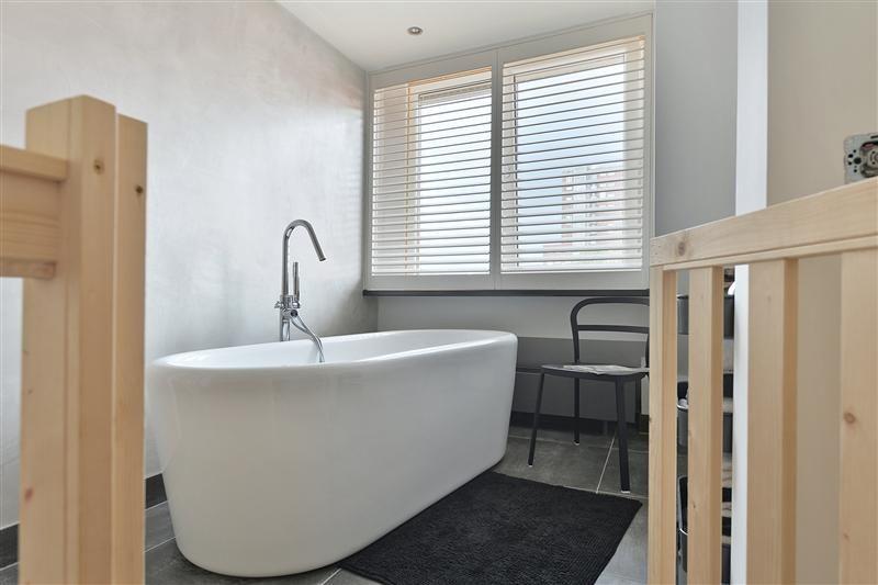 Prachtige badkamer met losstaand bad, prachtige wandafwerking en ...