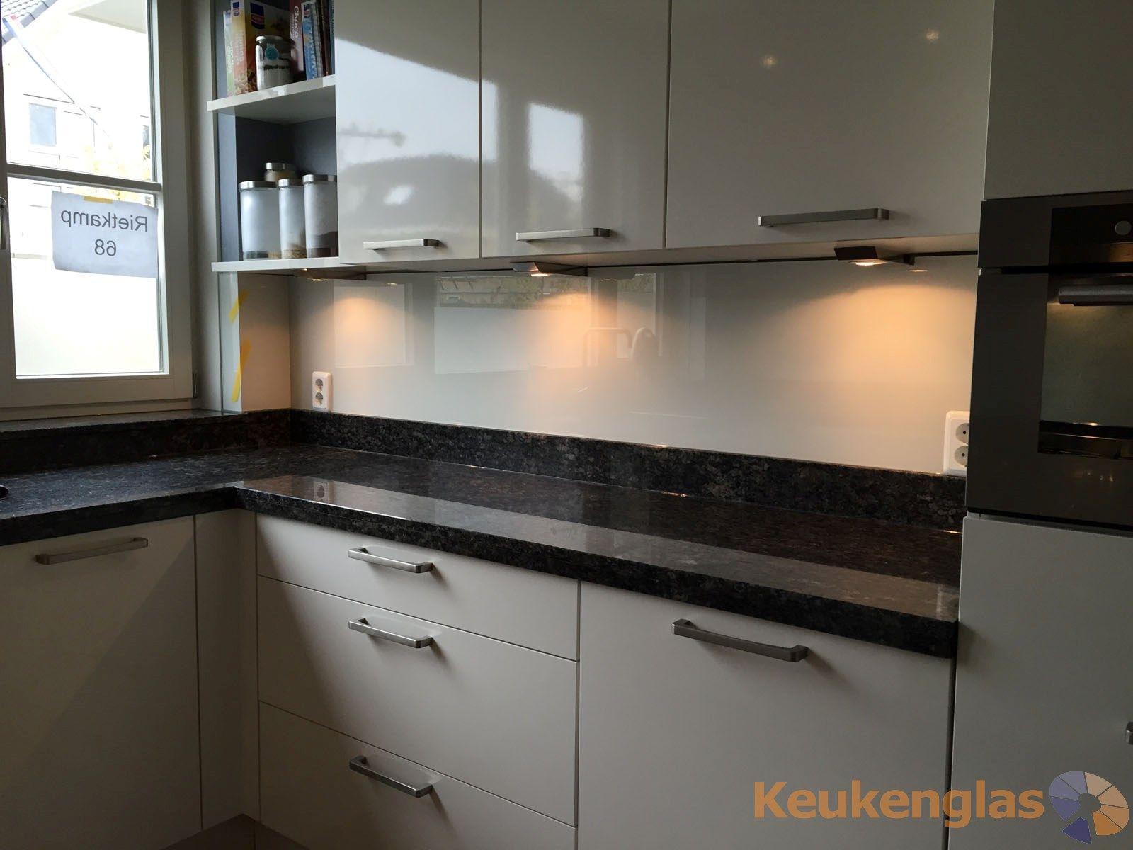 Glaswand Keuken Foto : Creme kleurige glazen keuken achterwand in odijk