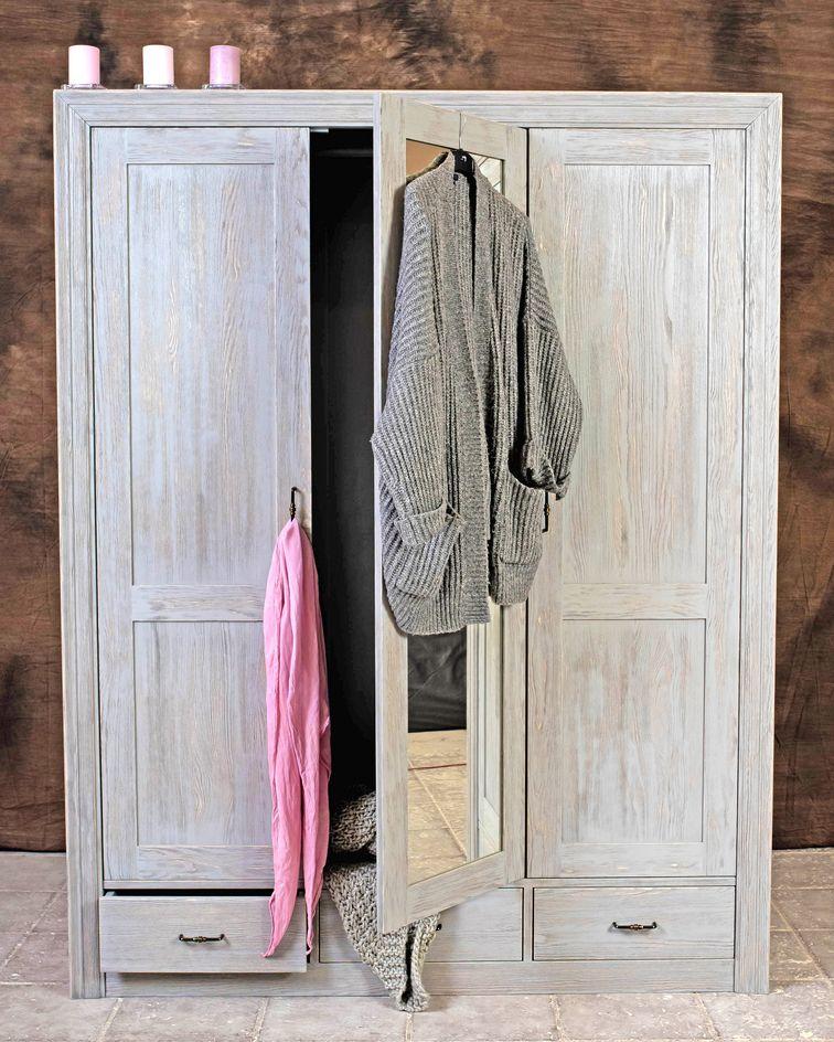 Der Kleiderschrank Gilt In Seiner Minimalistischen Formensprache Als Modernes Design Der Stadt Dafur Ist Die Farbgestaltung Nicht In 2020 Home Decor Decor Towel Rack