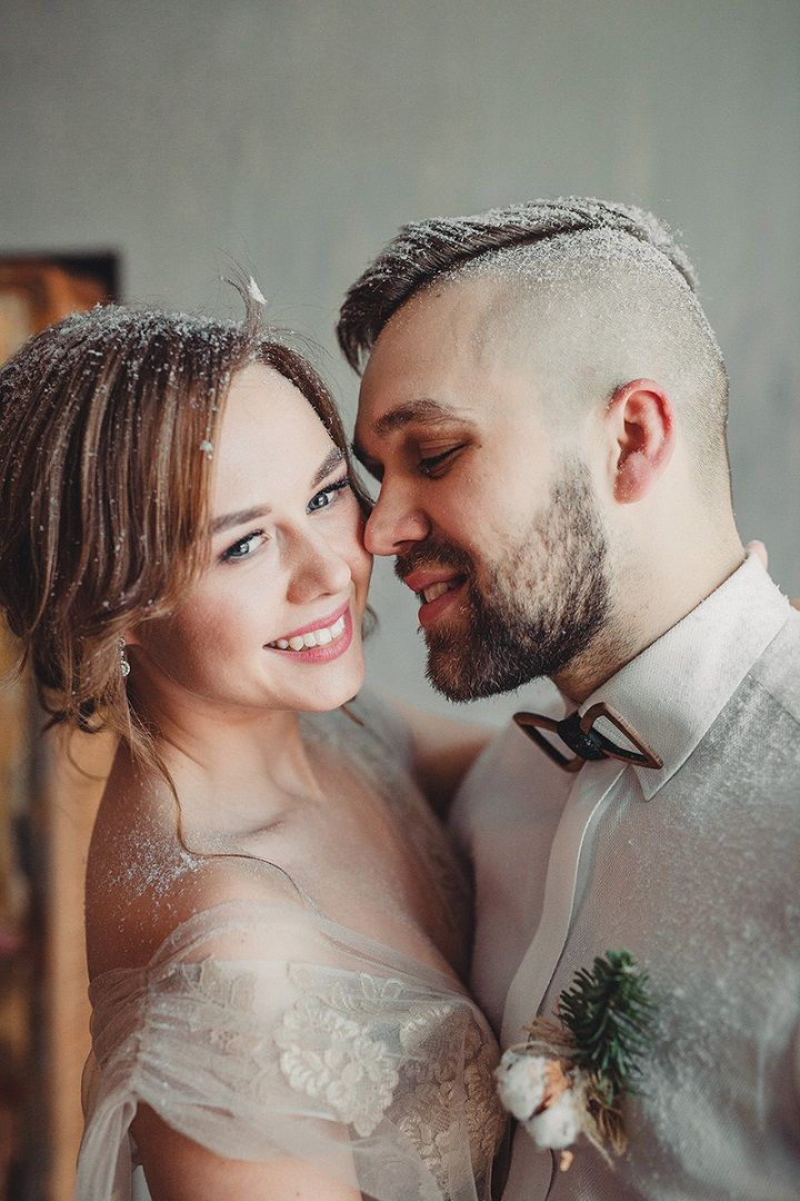 Rustic and cozy winter wedding styled shoot | Bride and groom wedding photo idea | fabmood.com #winterwedding #brideandgroom #engaged #wedding #rusticwedding #weddingphotos