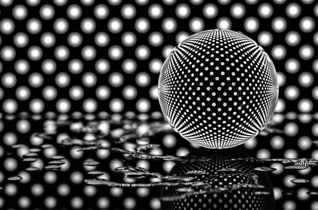 """Optic Globe 🌎 auf Instagram: """"Eine beeindruckende Aufnahme mit Lichtern, die von @ sergei.cezar #lensball #lensballphotography #throughthesphere #glassball #crystalball aufgenommen wurden"""""""