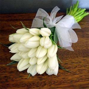 Make It Simple But Memorable Precious White Bunch From Dangwa Florist Beforeidobridalfair Brides Flowers Bouquet Tulip Bouquet Wedding White Tulip Bouquet