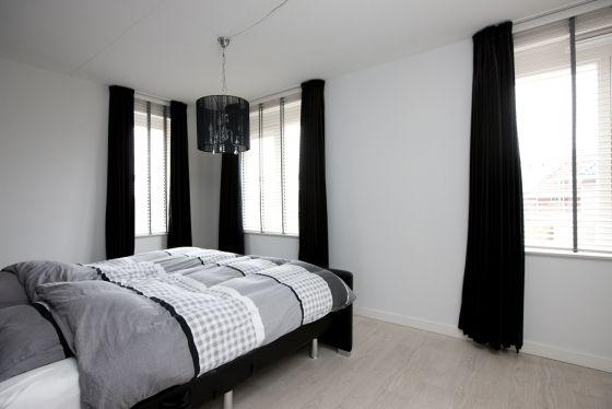 Gordijnen In Slaapkamer : Slaapkamer met zwart witte styling met bijvoorbeeld zwarte of