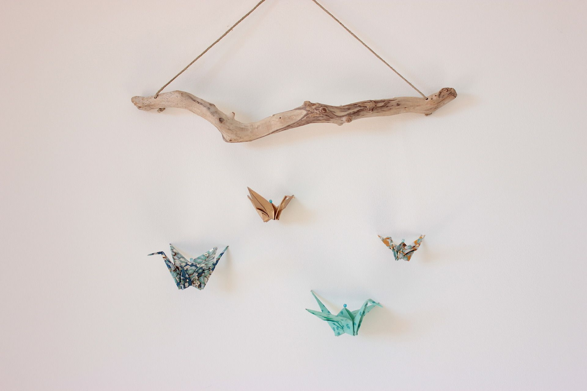 mobile murale grue en origami sur bois flott chambre d. Black Bedroom Furniture Sets. Home Design Ideas