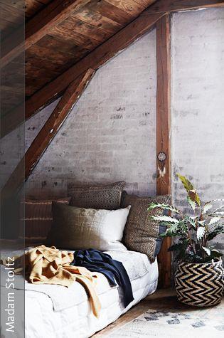 Gemutliches Bett Unter Der Dachschrage Attic